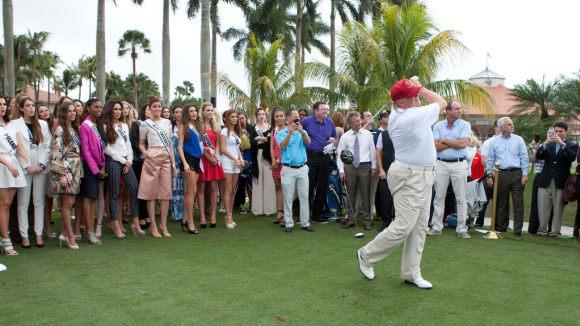 Golf sluší bohatým mužům i krásným ženám