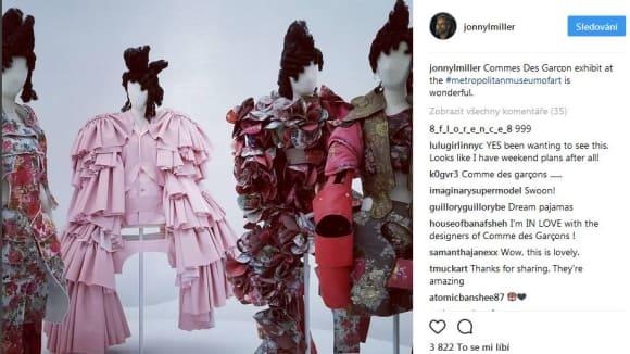 Johnny Lee Miller na výstavě módního domu