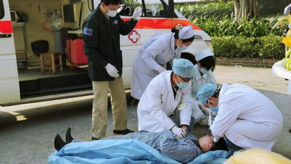 Nad tělem se lékař sklání, zachrání či nezachrání?