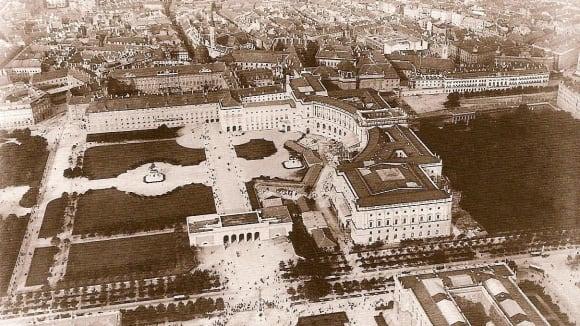 Letecký pohled na Hofburg, vídeňské sídlo habsburské monarchie (kolem roku 1900)