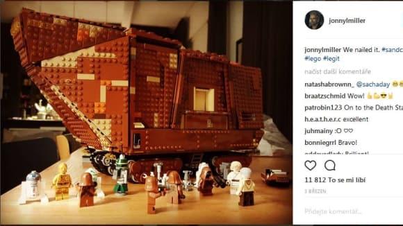 Johnny Lee Miller staví lego
