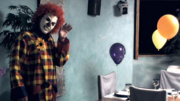 Co dělá tajemný klaun v Hotelu Paradise?