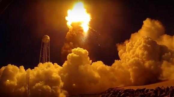 Výbuch komerční rakety Antares