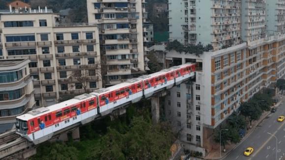 V Číně jezdí vlaky skrz obytnou budovu