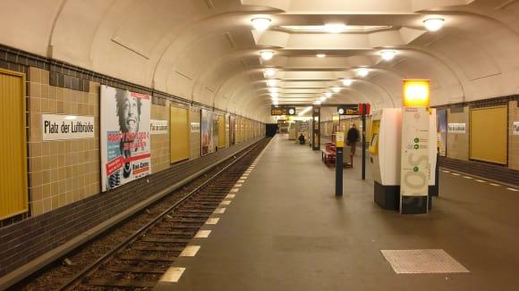 Stanice metra Luftbrücke se zazděným tajným tunelem k letišti Tempelhof