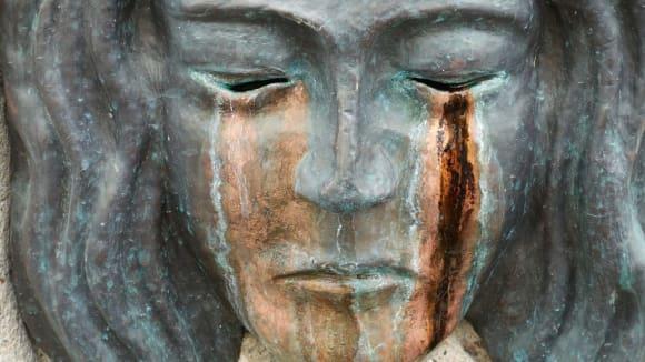 V pondělí i sochy pláčí