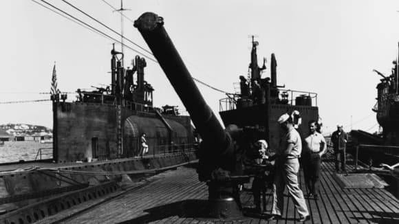 Američtí vojáci si prohlížejí 140mm dělo zajaté ponorky I-400