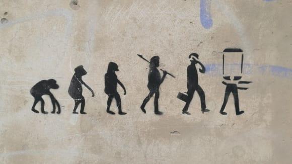 Je unilineární evoluce odpovědí na vývoj člověka a společnosti?