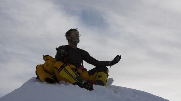 Lincoln Hall strávil noc pod vrcholem Everestu bez kyslíku a stanu a přesto přežil