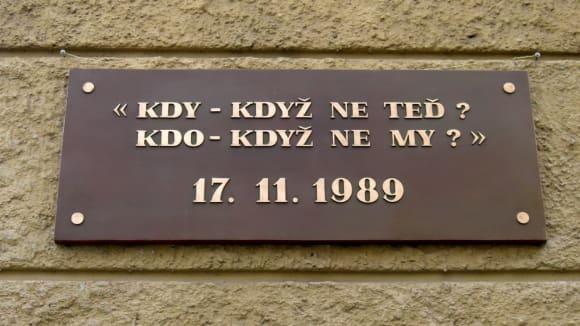 Albertov - pamětní deska na 17.11.1989