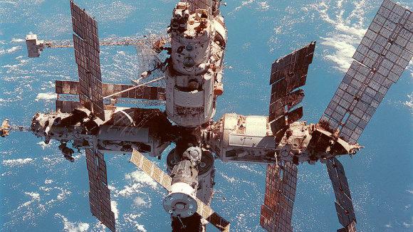 Pohled na Mir z paluby raketoplánu Discovery při letu STS-91 Více informací Pohled na Mir z paluby raketoplánu Discovery při letu STS-91