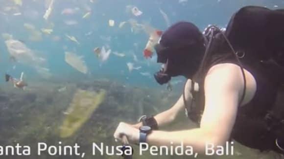 VIDEO:  Krásy Bali? Britský potápěč zvěčnil moře plné plastů