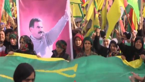 Turecké jednotky vstupují do Sýrie. Kurdské milice se ale brání