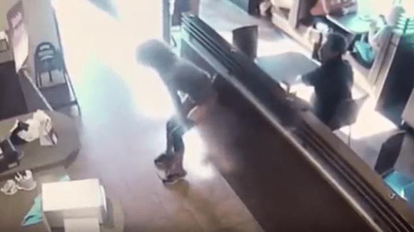 Žena zešílela a vykadila se přímo v kavárně.