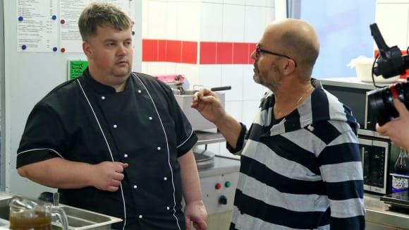 Šéf zjišťuje, že v kuchyni nevědí, jak má chutnat ryba.