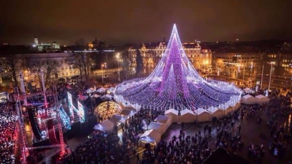 Úchvatný vánoční strom v litevském Vilniusu