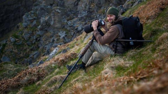 fotograf Michal Krause při focení papuchalků v Norsku