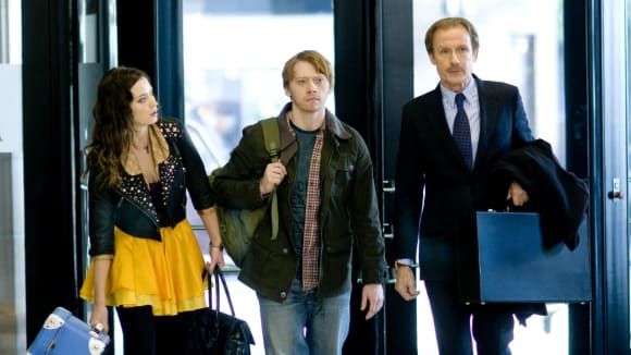 Záběry z francouzské filmu Neřízená střela s Emily Blunt, Billem Nighym a Rupertem Grintem