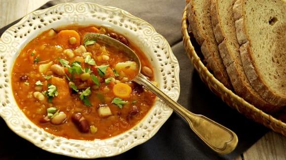 Bohatá luštěninová polévka