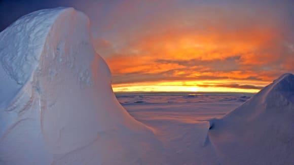 Západ Slunce v Severním ledovém oceánu je krásný.