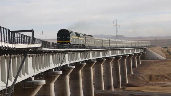 Na cestě z Golmudu do Lhasy musí vlaky překonat 675 mostů