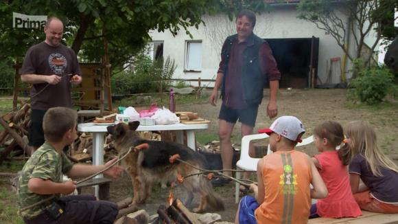 Aby se městské děti podívaly na vesnici, naplánovali si tatínci společné spaní ve stanu u domku Václava a Olgy