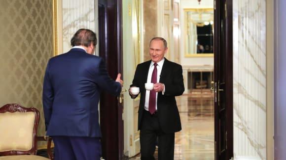Pane Stone, vítejte v Kremlu - dva cukry, mlíčko? Je to tak správně?