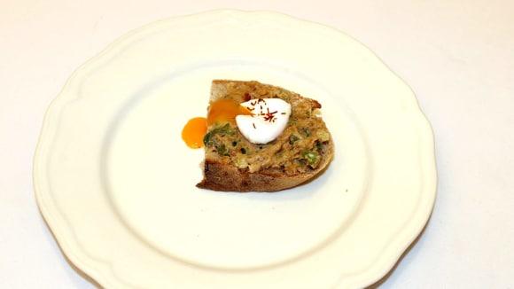 Škvarková pomazánka s pošírovaným křepelčím vejcem