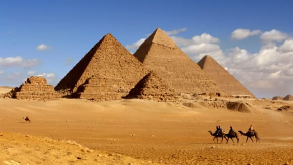 V blízkosti domů kolem velkých pyramid se dnes v zemi objevují výkopy a šachty mizící hluboko v zemi.