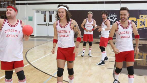 One Direction jako hráči vybíjené.
