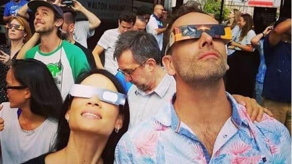 Johnny Lee Miller a Lucy Liu pozorují zatmění slunce