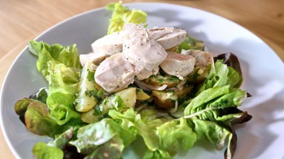Pošírovaná kuřecí prsa s bramborovým salátem.