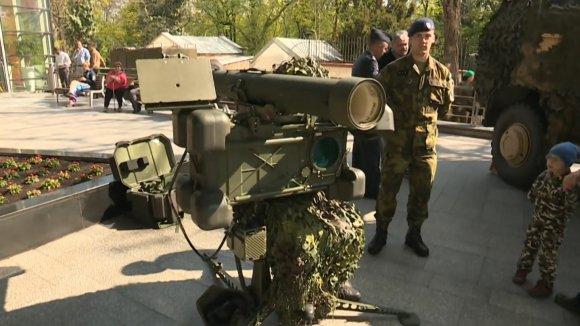 Armáda obsadila obchodní dům v centru Prahy a verbovala nové rekruty