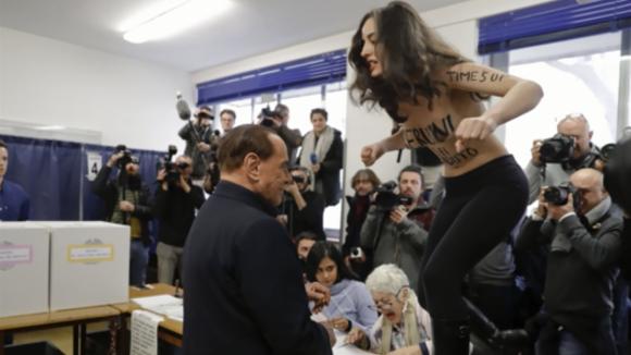 Polonahá aktivistka vyskočila i na Silvia Berlusconiho
