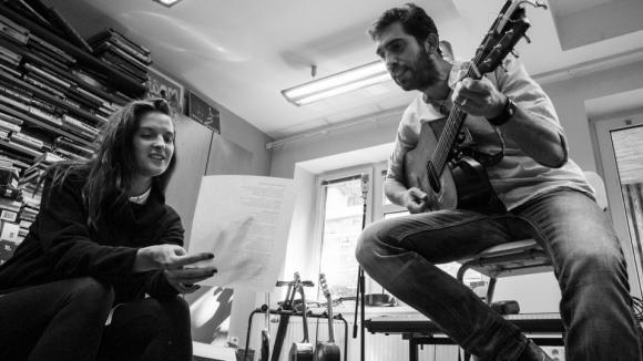 Duet k úvodní znělce seriálu Všechny moje lásky nahrála Jana Kirscher s Jindrou Polákem z vokálně instrumentální kapely Jelen.