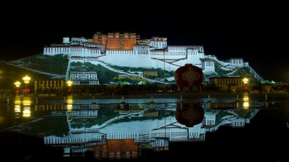 Potála - sídlo tibetských dalajlámů - noční nasvícený palác září do tmy