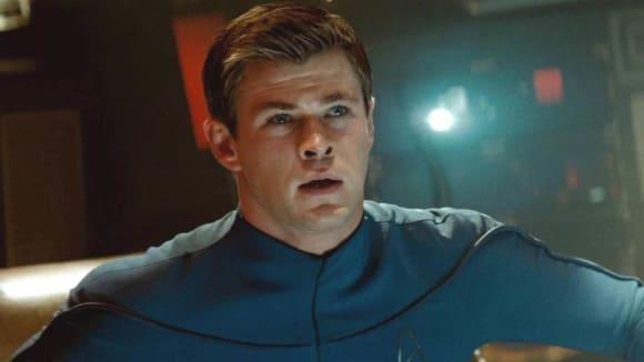 Chris Hemsworth jako George Kirk v Abramsově Star Treku