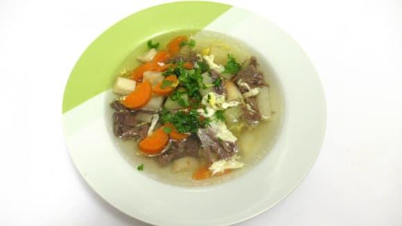 Hovězí polévka s masem a vejci