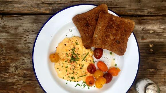 Míchaná vejce s restovanými rajčaty