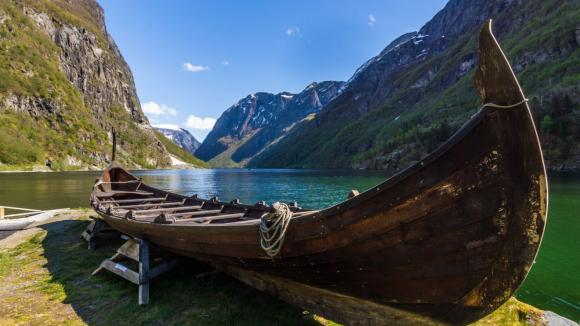 Vikinská obchodní loď v norském fjordu