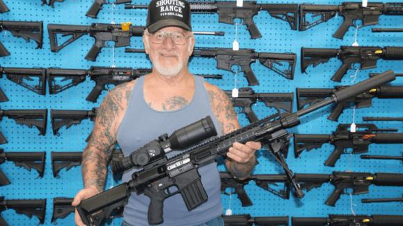 Nejozbrojenější člověk na světě - Obrázek 1