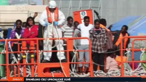 Španělsko - uprchlíci na lodi v přístavu