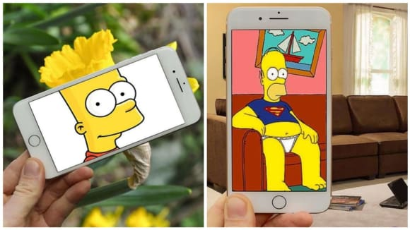 Postavy ze seriálu Simpsonovi, které se pomocí obrazovky telefonu podívaly do reality