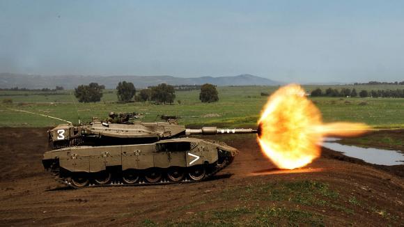 proslulý izraelský tank Merkava při střelbě