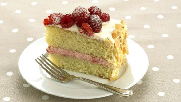 Mandlový piškotový dort s malinami
