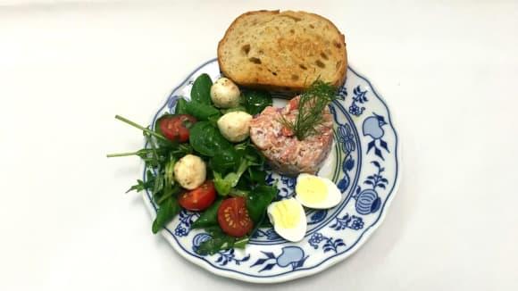 Tatarák z uzeného lososa s opékaným toustem, salát