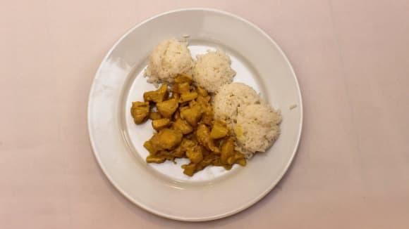 Kuře v kari župánku s národní čínskou rýží