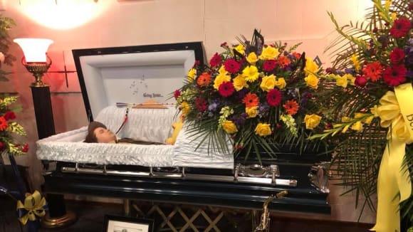 Matka vyfotila svého mrtvého syna v rakvi 1