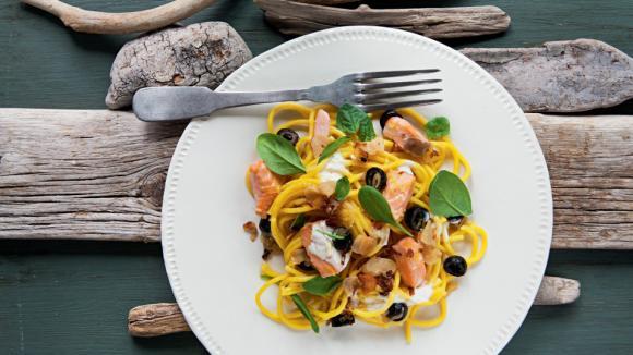 Špagety s lososem, olivami a polníčkem