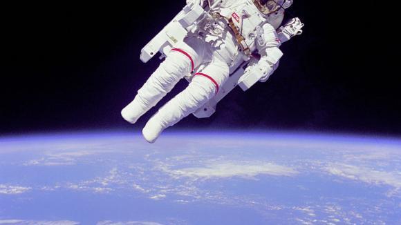 volné poletování vesmírem musí být zážitek